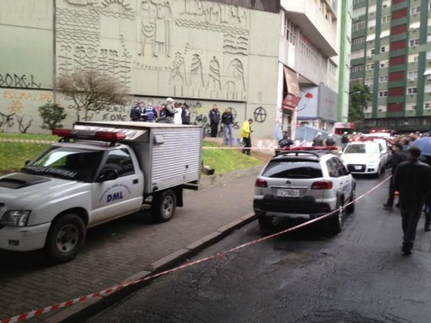 Perícia isolou o local para investigação em Porto Alegre (Foto: Marcos Pacheco/ RBS TV)