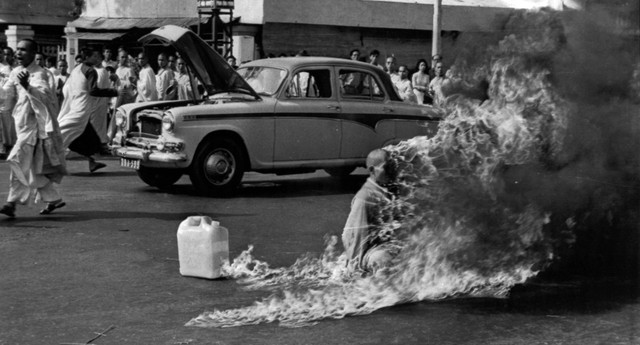 Malcolm Browne registra monge que colocou fogo no próprio corpo no Vietnã em 1963 (Foto: AP Photo, File)