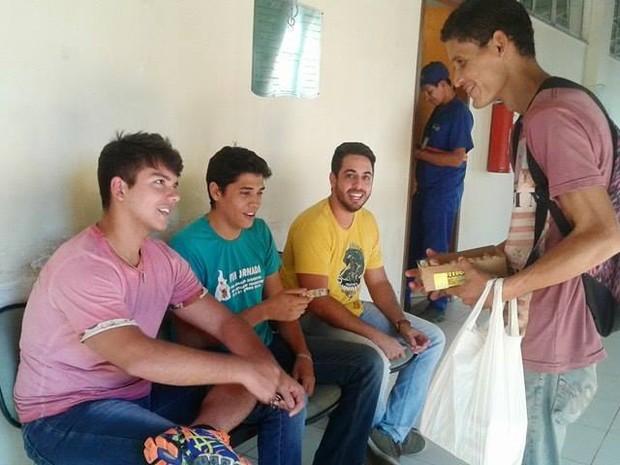 Jovem que já morou na rua constrói casa própria vendendo jujubas no TO (Foto: Letícia Queiroz/Divulgação )
