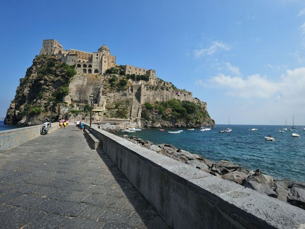 O acesso ao Castelo Aragonês é feito por uma ponte (Foto: Divulgação/ENIT)