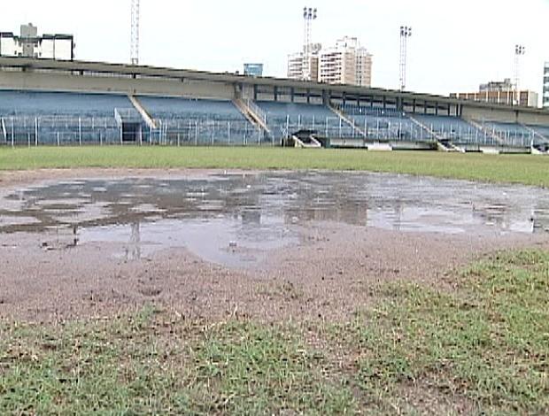 Gramado do Salvador Costa castigado pela chuva (Foto: Reprodução/TV Gazeta)