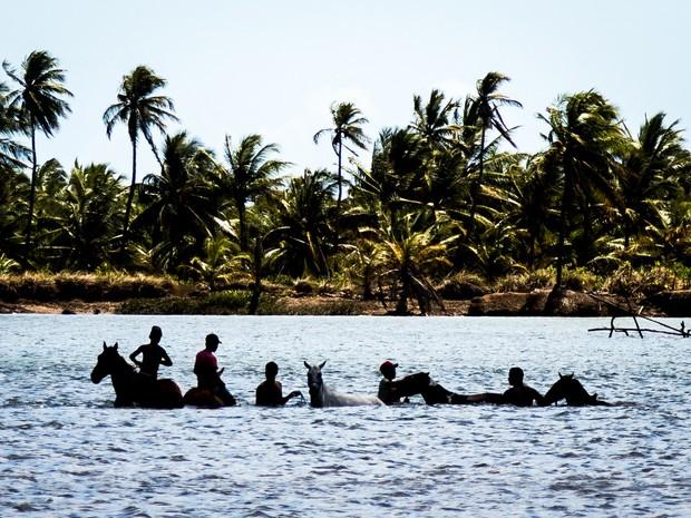 A baixa vazão do rio permite que, em alguns trechos, seja possível a travessia a cavalo (Foto: Jonathan Lins/G1)