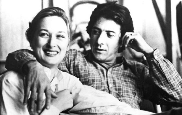 """'Kramer vs. Kramer' (1979) rendeu o primeiro Oscar das carreiras de Dustin Hoffman e Meryl Streep... E muita raiva. """"Eu a odiei com todas as minhas forças"""", confessou Hoffman, """"Sim, a odiei com todas as minhas forças. Mas a respeitei"""". O ator admitiu posteriormente que essa negatividade toda vinha do fato de ele estar se separando na vida real e direcionando a frustração para Streep, de quem ele se divorciava no filme. (Foto: Reprodução)"""