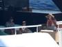 Decotada, Beyoncé curte passeio em  iate de luxo com a família na Itália