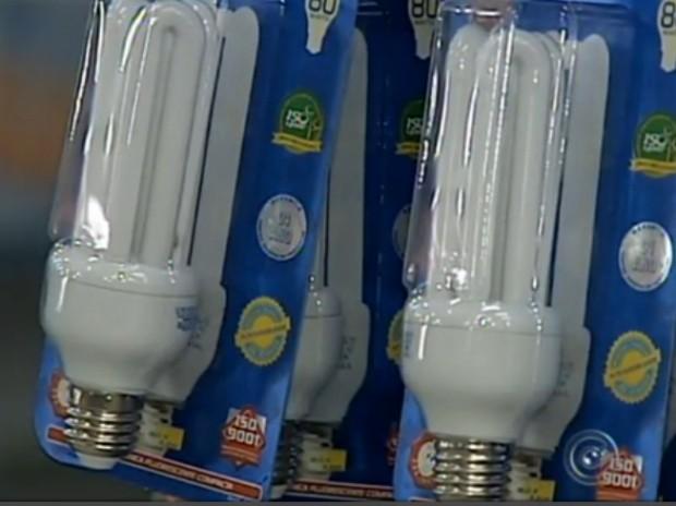 Uma das opções para o consumidor é utilizar as lâmpadas fluorescentes (Foto: Reprodução/ TV TEM)