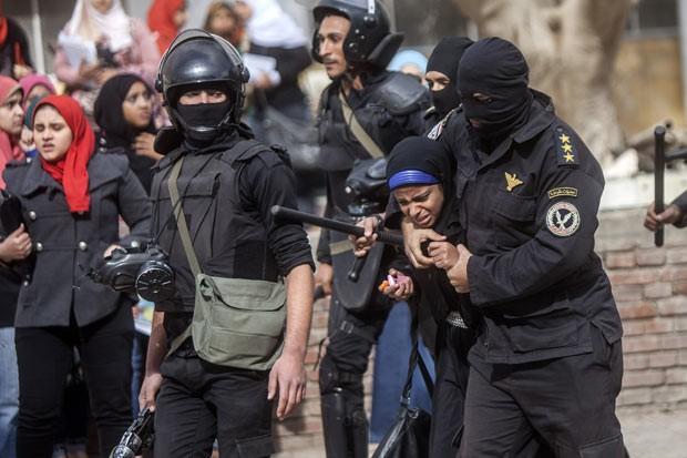 Estudante é detida durante protestos pró-Irmandade Muçulmana na universidade al-Azhar, no Cairo, nesta segunda-feira (30) (Foto: AFP)