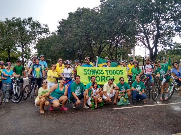 Cerca de 25 pessoas participam de pedalada contra a corrupção em Palmas, segundo a PM (Foto: Gabriela Lago/G1)
