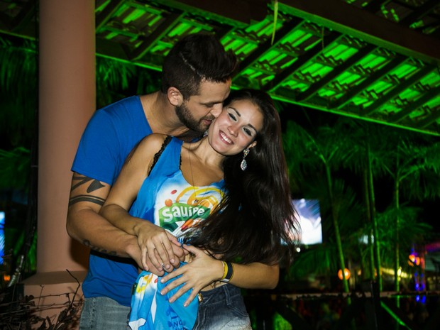 Ex-BBB Diogo com a namorada, Paula de Barros, na Costa do Sauipe, na Bahia (Foto: Alessandra Gerzoschkowitz/ EGO)