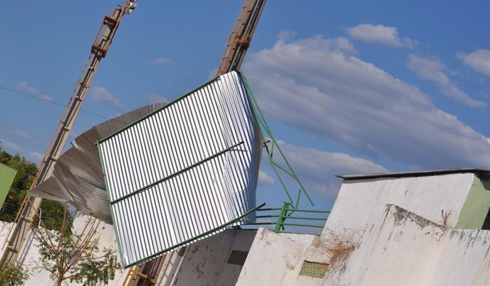 Cobertura do estádio Deusdeth de Melo desaba  (Foto: W.Leite/Futebol Piauiense)