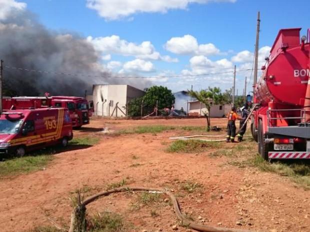 Cinco equipes foram necessárias para apagar incêndio (Foto: Jason Mathias / TV TEM)