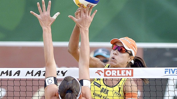 Juliana na partida de vôlei de praia contra Marta Menegatti na Polônia (Foto: EFE)