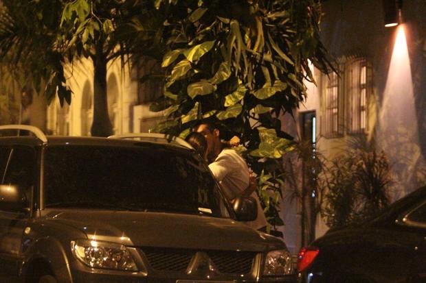 João Vicente de Castro beija morena na Zona Sul do Rio (Foto: Delson Silva/ Ag. News)