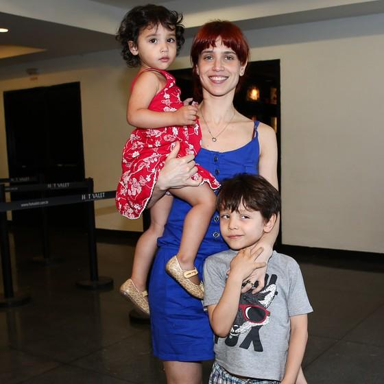 Em família: Mel Lisboa posa com os filhos, Bernardo e Clarisse (Foto: Globo.com)