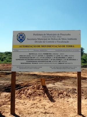 Placa da Prefeitura colocada pela construtora no local que se refere a outra obra  (Foto: Gabinete/Arquivo )