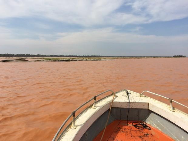 Especial desastre de Mariana 1 ano depois: barco navega na foz do Rio Doce em novembro de 2015 (Foto: Flávia Mantovani/G1)