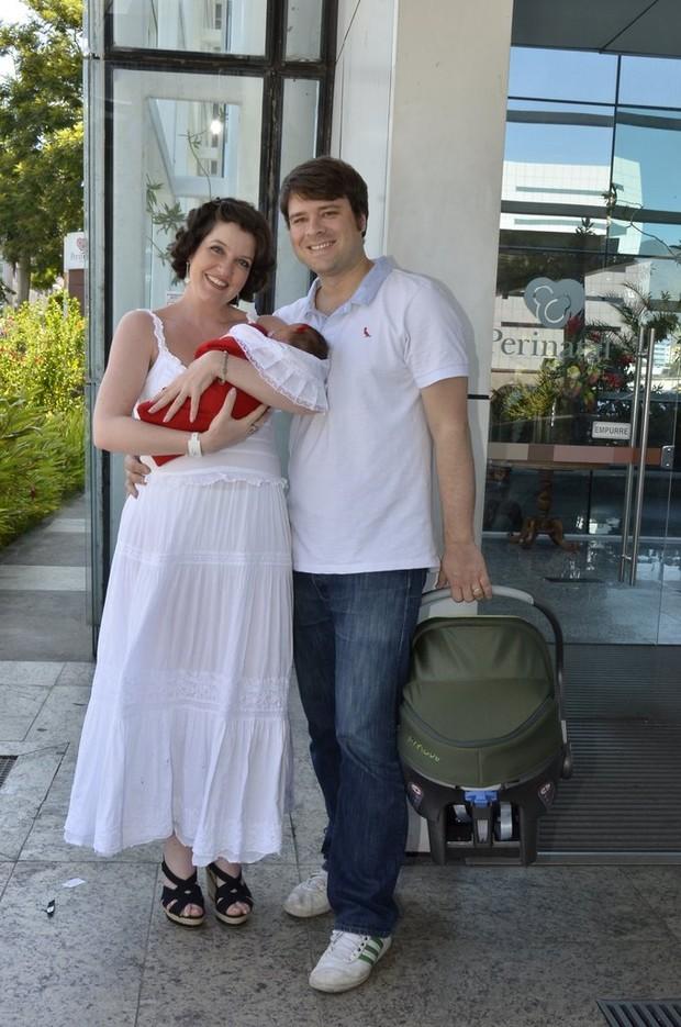 Larissa Maciel com o marido e a filha (Foto: Roberto Teixeira / EGO)
