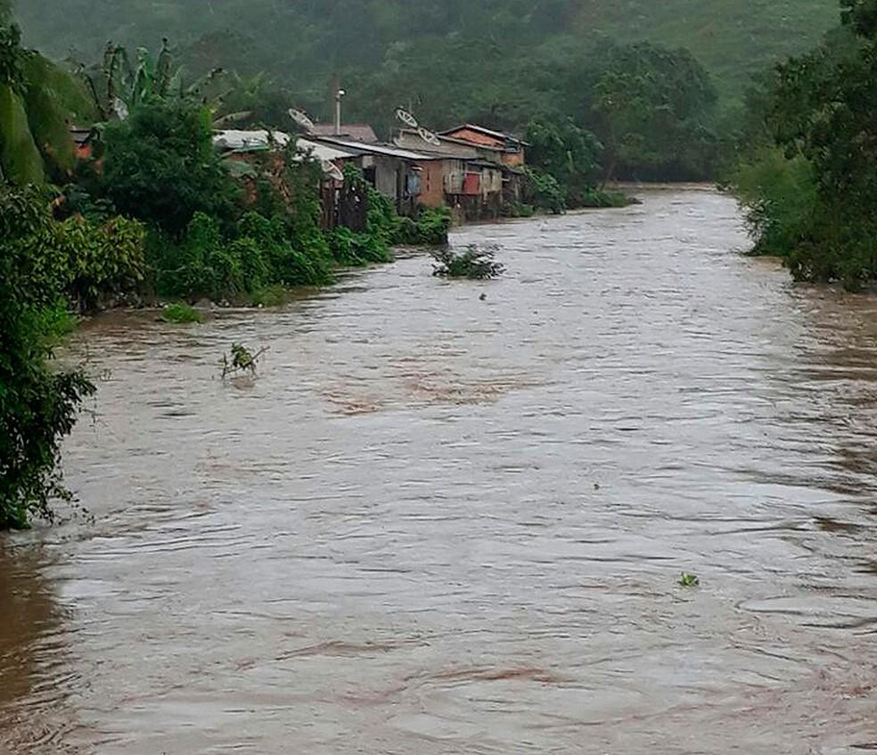 Rio Água Preta trasnbordou e invadiu casas em Pau Brasil (Foto: João Brito/ Ascom Pau Brasil)