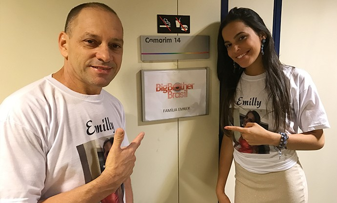 Seu Volnei e Mayla estão na torcida de Emilly (Foto: Gabriela Mouta/Gshow)