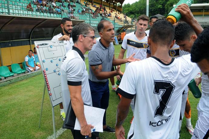 Felipe orienta os jogadores do Tigres-RJ (Foto: Alexandre Durão)
