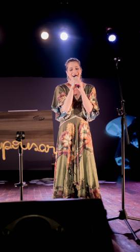 Letícia Spiller canta em peça de teatro (Foto: Frederic Jean Laouenan e Evelin Santos)