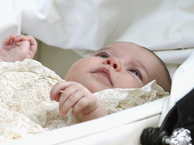 Princesa Charlotte é fotografada após ser batizada  (Foto: AP)