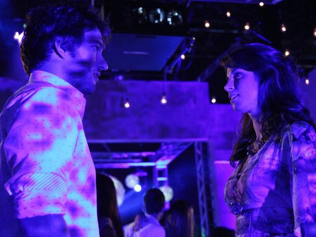 Manu e Davi se encontram na festa e vivem momento mágico (Foto: Carol Caminha / TV Globo)