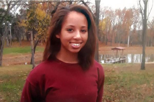 A jovem Bailey Gibson, que terá sua virgindade leiloada em um programa de TV, em foto de seus tempos como estudante de um colégio de freiras (Foto: Divulgação)