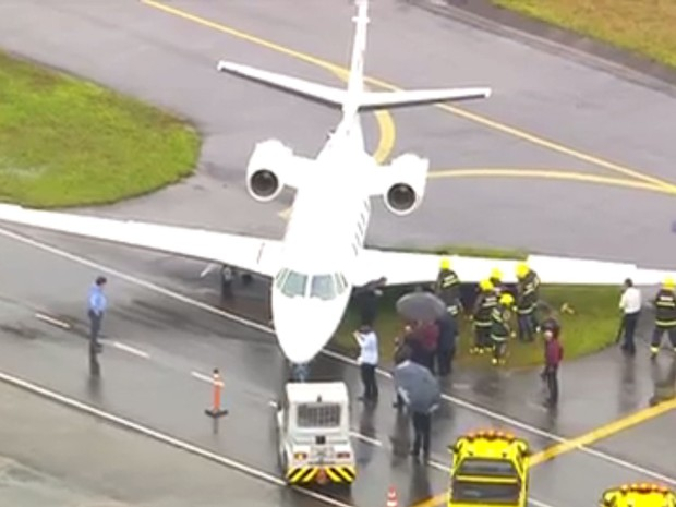 [Brasil] Avião invade gramado e atola no Aeroporto de Congonhas, em SP Aviao1
