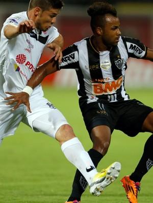 Fernandinho e Espana, Zamora x Atlético-MG (Foto: AP)