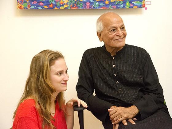 Satish Kumar e Juliana Schneider em São Paulo em dezembro de 2015. Satish regressa ao Brasil para o lançamento de sua segunda obra traduzida ao português  (Foto: © Haroldo Castro/ÉPOCA)