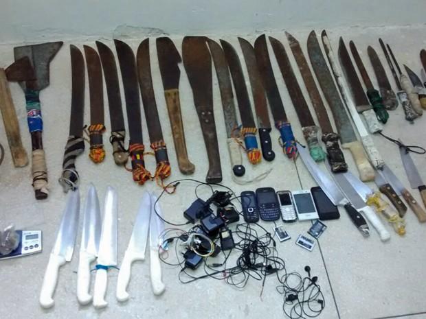 Facões, facas e foices apreendidos no Presídio Frei Damião de Bozzano (Foto: Divulgação / Seres)