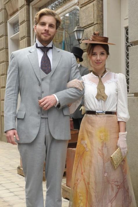 (Foto: Thiago Fragoso e Marjorie Estiano, caracterizados como Edgar e Laura, seus personagens em 'Lado a lado')