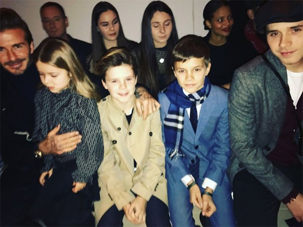 David Beckham and family come to cheer on the Victoria Beckham Autumn/Winter 2017 show (Foto: @suzymenkesvogue)