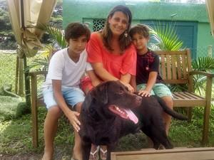Luciana Zygielszyper acompanhada dos filhos e do labrador Bono Vox. (Foto: Cristina Boeckel/ G1)
