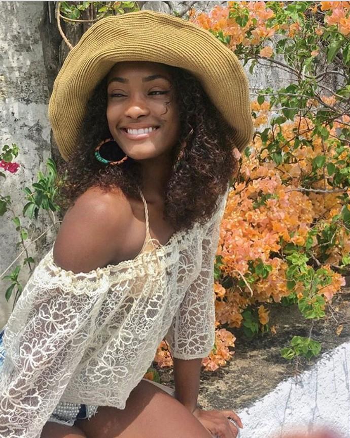 Chapéu é puro charme e ainda ajuda a proteger do sol, não é Erika? (Foto: Arquivo pessoal)