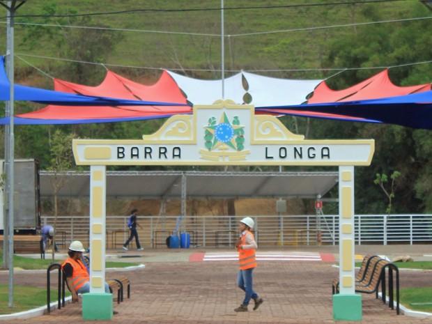 Praça de Barra Longa pronta para ser reinaugurada quase um ano depois de destruída pela lama (Foto: Wagner Santos/G1)