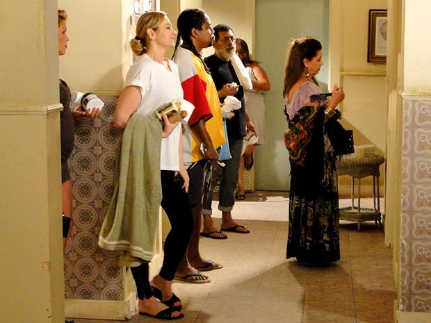 Sônia dá adeus ao glamour e encara a fila do banheiro da pensão (Foto: Cheias de Charme / TV Globo)