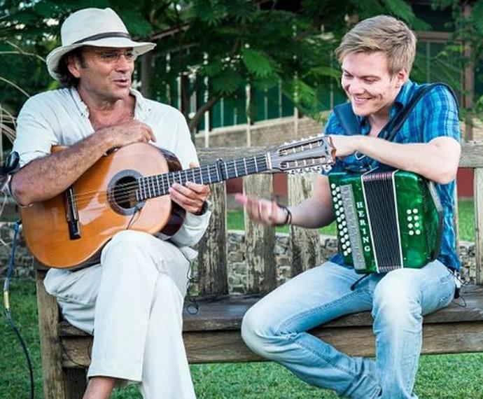 Michel Teló e Almir Sater se conheceram durante gravação do 'Bem Sertanejo' (Foto: Arquivo Pessoal)