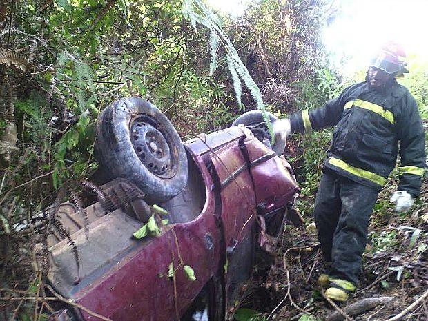 Carro capotou e caiu de abismo, segundo Corpo de Bombeiros (Foto: Divulgação/Corpo de Bombeiros)