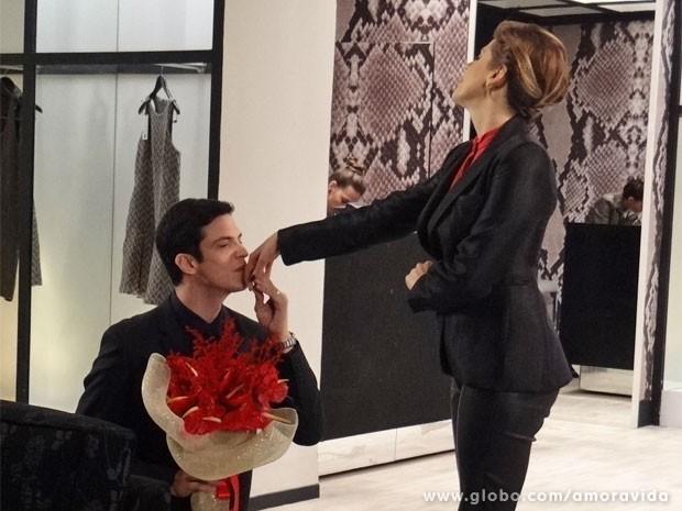 Ele até beija a mão... (Foto: Amor à Vida/ TV Globo)