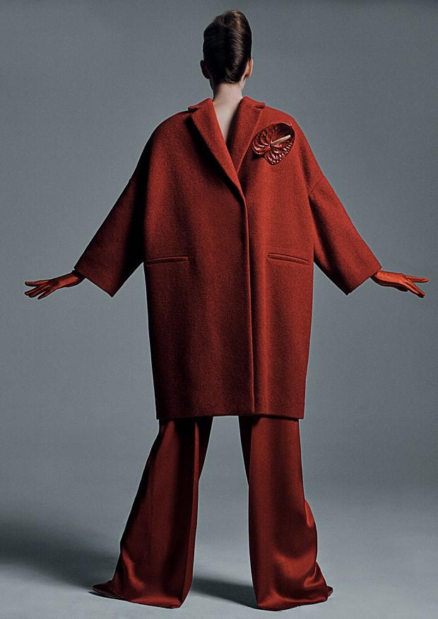 Lorena Maraschi usa casaco, R$ 19.600, Brunello Cucinelli; calça, R$ 2.202, Apartamento 03. Todas as luvas usadas, R$ 40 cada, Luvaria Gomes. (Foto: Gil Inoue)