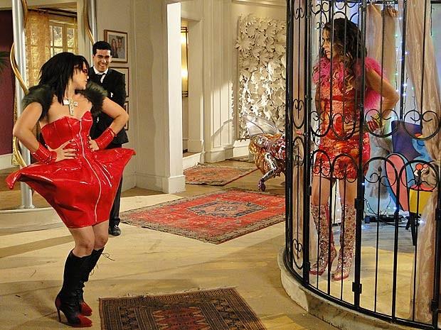 Socorro é a Lady Praga que vai substituir Chay. Que praga! (Foto: Cheias de Charme / TV Globo)