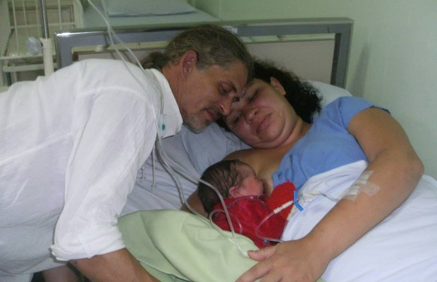Adelir Carmen Lemos de Goes com sua filha e o marido após a cesárea determinada pela Justiça, contra sua vontade (Foto: Arquivo Pessoal)