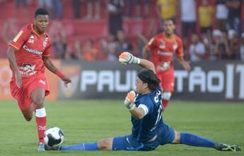 Bruno Paulo reclama de falta Cássio na derrota para o Corinthians