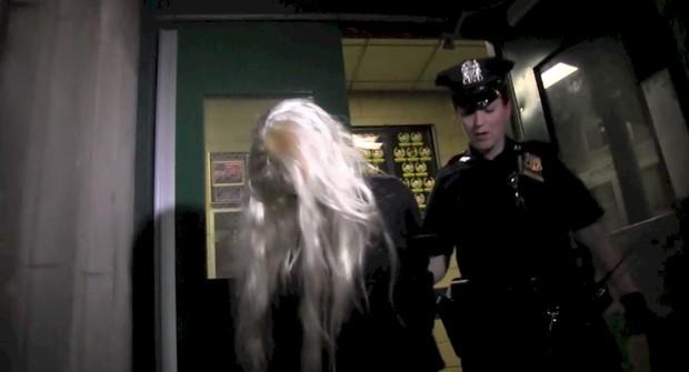 Amanda Bynes deixa delegacia em Nova York, nos Estados Unidos (Foto: Splash News/ Agência)