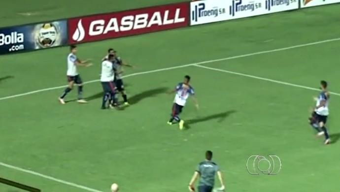 Trindade comemora vitória sobre a Anapolina, em Anápolis (Foto: Reprodução/ TV Anhanguera)