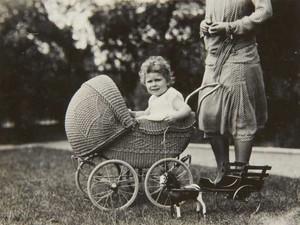 Rainha Elizabeth II sentado em um carrinho de bebê de vime em 1928 (Foto: The Royal Collection/ AP)