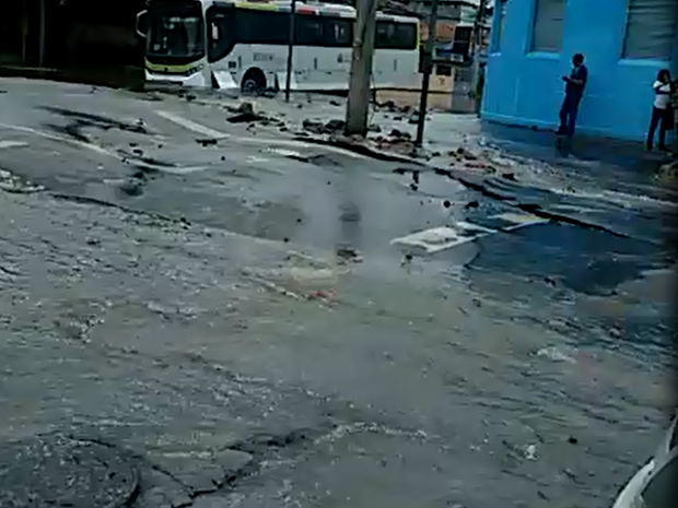 Asfalto cedeu após vazamento de tubulação da Cedae, em Inhaúma (Foto: Divulgação/ Alexandre Andrieta)