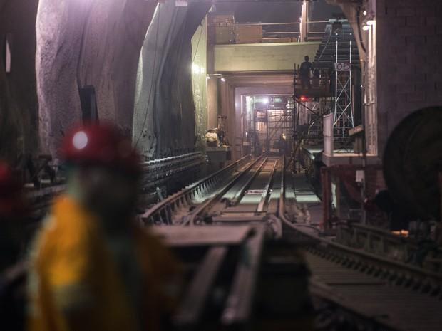 Funcionários trabalham nas obras da estação de metrô de São Conrado, No Rio de Janeiro. A estação faz parte da Linha 4, ainda em construção, que vai ligar a Barra da Tijuca à zona sul da cidade (Foto: Christophe Simon/AFP)
