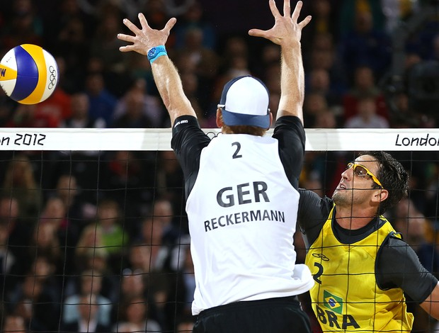 Jonas Reckermann e Pedro Cunha, Brasil x Alemanha, vôlei de Praia (Foto: Agência AP)